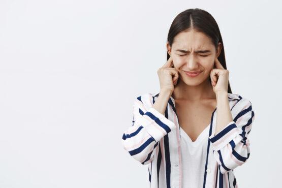 Chica molesta ruido, misofonia