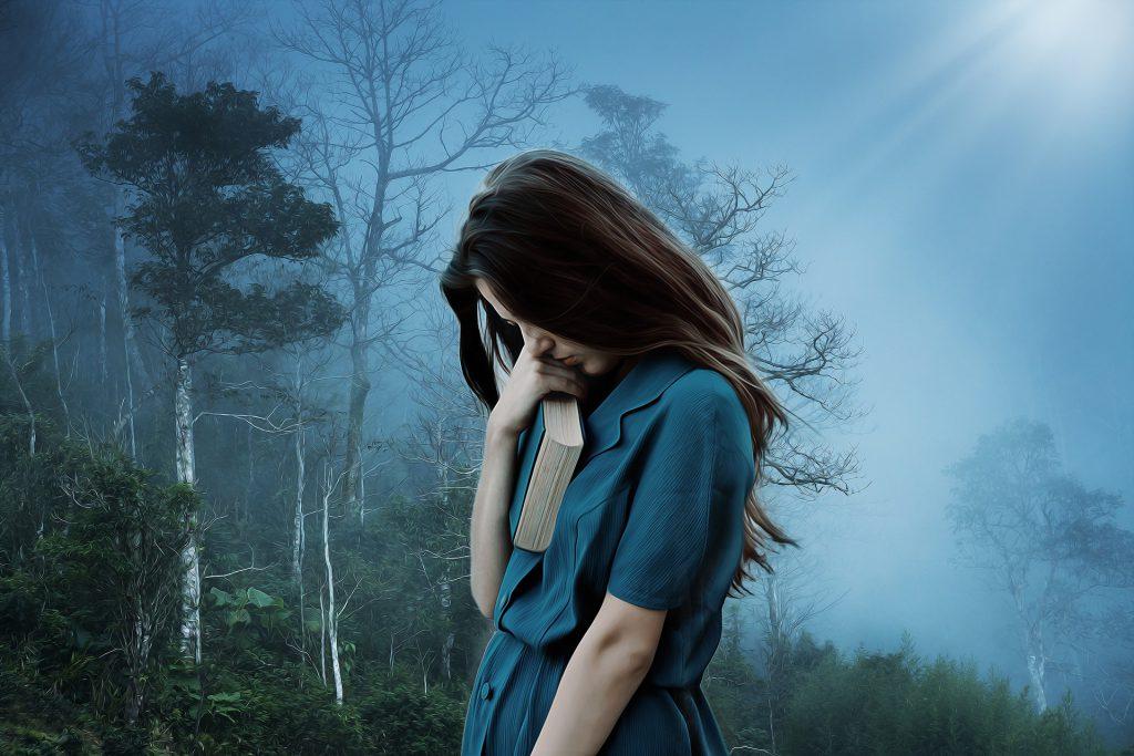 Mujer con libro melancólica